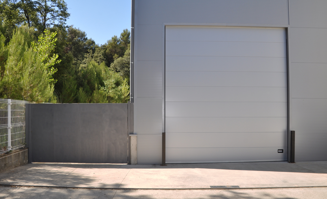 Sectional door RAL colour 9006, with smooth panels 40 mm thick.